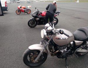 préparation des motos avant de rouler