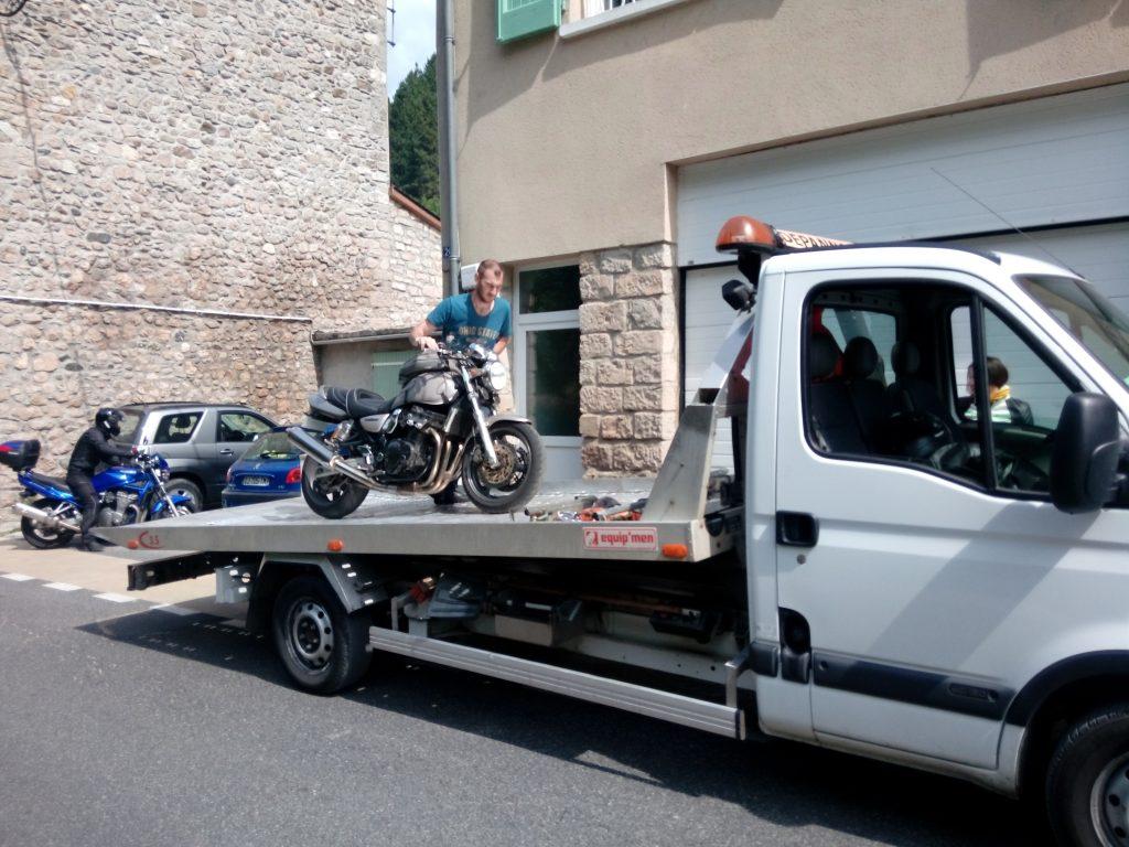 Chargement de la moto sur le camion