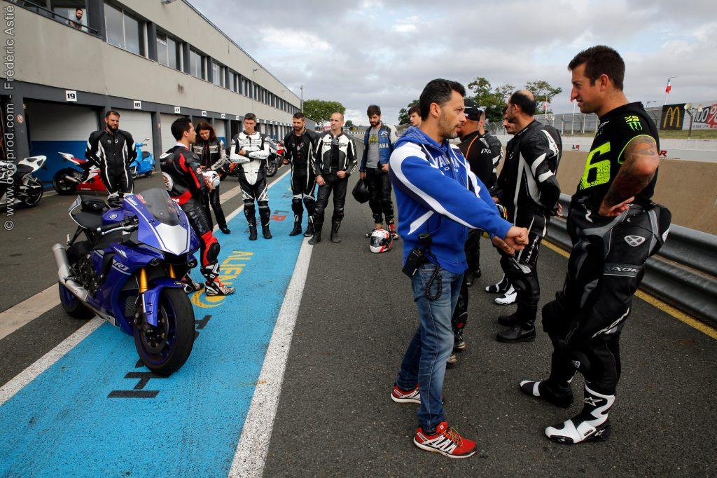 les stagiaires de l'école de pilotage moto attentif au consigne