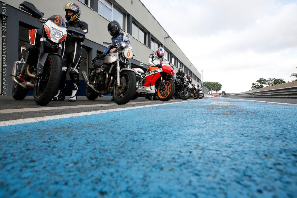 les motos devant le stand