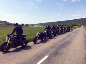 File de rider du Benzina pendant une balade dans l'Aude