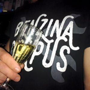 Un verre de vin et un t-shirt Benzina