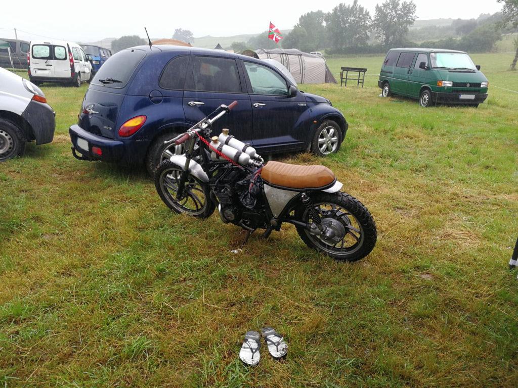 La XJ 600 sous la pluie du Motor beach