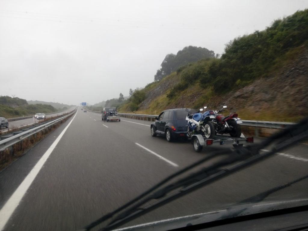convoi de remorques chargées de moto en direction du la de Yesa