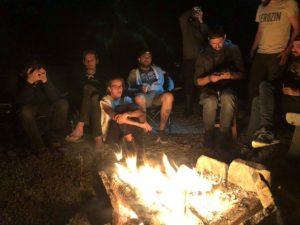 Le groupe réuni autour du feu